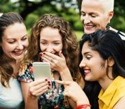 Le groupe de femmes socialisent le concept de bonheur de travail d'équipe Images libres de droits