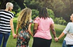 Le groupe de femmes socialisent le concept de bonheur de travail d'équipe Images stock