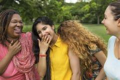 Le groupe de femmes socialisent le concept de bonheur de travail d'équipe Photo libre de droits