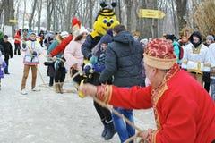 Le groupe de folklore amuse des invités loyalement Image libre de droits