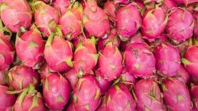 Le groupe de fruits du dragon est dans le magasin de supermarché attendent l'achat d'acheteur pour manger Photo stock