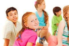 Le groupe de garçons d'amis et de filles, fille reviennent Images libres de droits