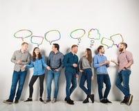 Le groupe de garçons et les filles parlent parler entre eux Concept des personnes sociales Photographie stock libre de droits