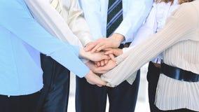 Le groupe de gens d'affaires dans le bureau ont combiné des mains ensemble Image libre de droits