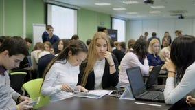 Le groupe de gens d'affaires derrière le bureau participent à l'étude concurrentielle avec des projets de démarrage Équipe de banque de vidéos