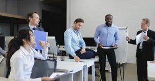 Le groupe de gens d'affaires fâchés sur l'échec de patron d'homme d'affaires, équipe ont la crise de travail d'équipe de problème banque de vidéos