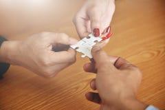 Le groupe de gens d'affaires de mains relient le puzzle denteux Photo stock