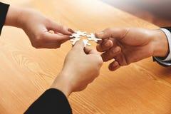 Le groupe de gens d'affaires de mains relient le puzzle denteux Photographie stock libre de droits