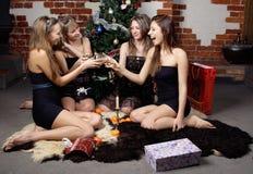 Le groupe de gilrs a célébré Noël Photos stock