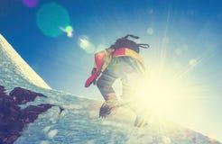 Le groupe de grimpeurs atteint le dessus de la crête de montagne S'élever et image libre de droits