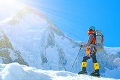 Le groupe de grimpeurs avec des sacs à dos atteint le sommet du succès d'Everest de crête de montagne, de la liberté et du bonheu images stock