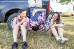 Le groupe de jeunes adultes rendent fou et mangent la crème glacée  Image stock