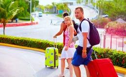 Le groupe de jeunes amis avec le bagage dans l'aéroport, préparent pour le voyage commun Photographie stock