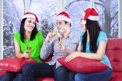 Le groupe de jeunes amis célèbrent Noël Photo libre de droits