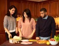 Le groupe de jeunes amis ethniques multi dans la cuisine se préparent à la partie Photos libres de droits