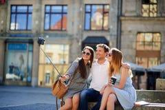 Le groupe de jeunes touristes fait le selfie sur le fond d'un vieux bâtiment Photo stock