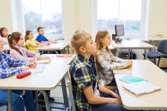 Le groupe de l'école badine avec des carnets dans la salle de classe Photographie stock