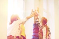Le groupe de l'école badine faire le geste de la haute cinq Photo stock