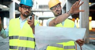Le groupe de l'équipe d'ingénierie a eu la réunion au chantier Photo libre de droits