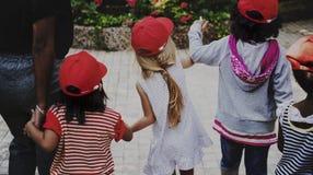 Le groupe de l'étudiant rouge de chapeau sont bonheur Photographie stock libre de droits