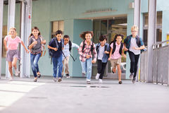 Le groupe de l'école primaire badine le fonctionnement dans un couloir d'école Photographie stock