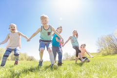 Le groupe de l'enfant ont l'amusement sur un champ Photographie stock libre de droits