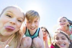 Le groupe de l'enfant ont l'amusement sur un champ Photo libre de droits