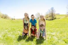 Le groupe de l'enfant ont l'amusement sur un champ Photographie stock