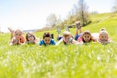 Le groupe de l'enfant ont l'amusement sur un champ Photo stock