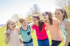 Le groupe de l'enfant ont l'amusement sur un champ Image libre de droits