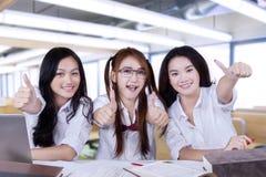 Le groupe de l'exposition femelle d'étudiants manie maladroitement  Photo stock