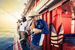 Le groupe de l'homme de pêche, ils sont jeu de touristes et d'amour de pêche Images stock