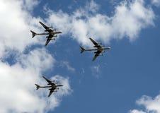 Le groupe de l'ours stratégique soviétique du Tupolev Tu-95 de bombardier vole au-dessus de la place rouge Photographie stock libre de droits