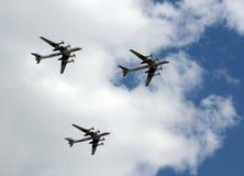 Le groupe de l'ours stratégique soviétique du Tupolev Tu-95 de bombardier vole au-dessus de la place rouge Photos libres de droits