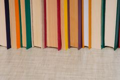 Le groupe de livres est sur la table grise, l'espace vide pour le texte, pile de Images stock