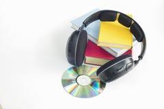 Le groupe de livres et d'écouteurs s'est rapporté aux livres audio avec l'isolat Photographie stock