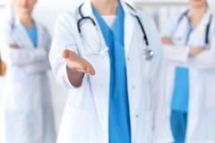 Le groupe de médecine soigne le coup de main de offre pour serrer la main ou enregistrer le plan rapproché de la vie Concep d'ass photos libres de droits