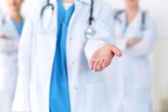 Le groupe de médecine soigne le coup de main de offre pour serrer la main ou enregistrer le plan rapproché de la vie Concep d'ass images stock
