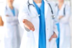 Le groupe de médecine soigne le coup de main de offre pour serrer la main ou enregistrer le plan rapproché de la vie Concep d'ass image libre de droits