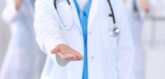 Le groupe de médecine soigne le coup de main de offre pour serrer la main ou enregistrer le plan rapproché de la vie Concep d'ass photographie stock libre de droits
