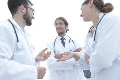 Le groupe de médecine soigne parler pendant la conférence, vue inférieure image libre de droits