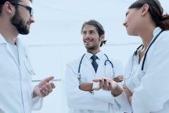 Le groupe de médecine soigne parler pendant la conférence, vue inférieure photo stock