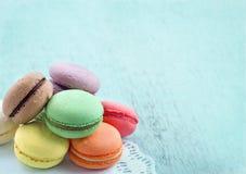 Macarons sur le fond chic minable texturisé de bleu Photographie stock libre de droits