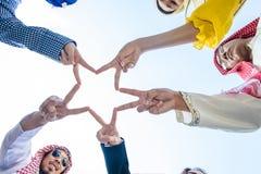 Le groupe de mains diverses tiennent le premier rôle ensemble le traitement Image libre de droits