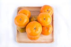Le groupe de mandarines, mandarines portent des fruits d'isolement sur le Ba blanc photo stock