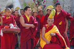 Le groupe de moines tibétains effectuent un rituel funèbre photo libre de droits