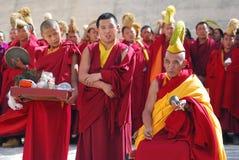Le groupe de moines tibétains effectuent un rituel funèbre photographie stock