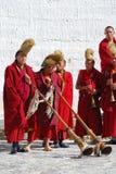 Le groupe de moines tibétains effectuent un rituel funèbre photographie stock libre de droits
