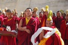 Le groupe de moines tibétains effectuent un rituel funèbre images stock