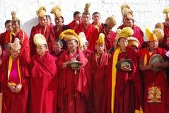 Le groupe de moines tibétains effectuent un rituel funèbre image libre de droits